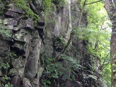 「まかど岩」です。両側に同じような岩がそびえ、門のようになっています。