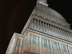 建設当初はユダヤ教の礼拝堂、シナゴーグとして建設されたそうですが、現在では【国立映画博物館】となっていますー。 昨日、観光案内所で【Torino+Piemonte Card】を受け取った際にもらった観光案内によると、本日は23:00まで開館していると書いてあったので来てみましたー。とはいえ、ここはイタリア。観光案内に記載されていたとしても、急に変更になったり、誤情報ということもままあるので注意が必要ですヨー('ヮ' ) イタリアでは夏場の金曜や土曜に、美術館や博物館などの文化施設が深夜まで開館していることがありますー(毎週、必ずどこの施設でもやっているわけではないので、事前確認は必要ですヨー)。 ずいぶん昔になりますが、ミラノのブレラ美術館が夜遅くまで開館していることがあって、観に行ったことがありましたー。昼間とはまた違う静謐でロマンチックな夜の美術館や博物館の雰囲気が好きで、以来、うまくタイミングが会うと足を運ぶようにしているのですー。