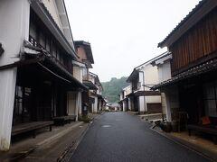 早速散策スタート。こちらの八日市・護国の街並みは国の重要伝統的建造物群保存地区にも認定されている。明治中期に木蝋生産で栄えた街で、江戸時代から昭和初期の建物が残っている。