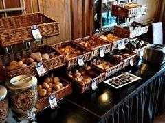 翌朝ホテル(ミュンヘン中央駅近くのリージェントホテル)の朝食ブッフェはパン類が豊富でした。JALのマイルで泊ったバジェットクラスのホテルは8000マイル(2名でのツイン利用・朝食付き)での利用でしたが、スタッフサービスも食事も期待した以上でした。