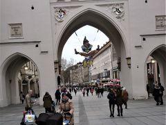 ホテルからミュンヘンの中心繁華街マリエン広場まで歩いて行くことに。途中にあるデパート巡りが家内の希望。ここはその前に通過の観光名所のカールス門。