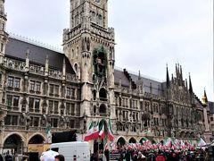 ミュンヘンの中心繁華街マルエン広場にある、この街のランドマークであるミュンヘン新市庁舎。広場では何かの集会が開催中でした。