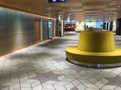 08:10  伊丹空港に到着です。  コロナの影響か、ガランとしています。