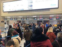 マルタ航空チェックインカウンターは大混雑。 三大アライアンスに属さないマルタ航空では単なる一般乗客なので並ぶしかありません。