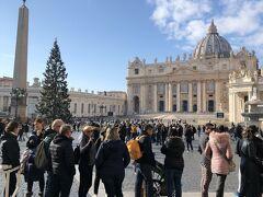 まだクリスマスツリーも残っており、相変わらず多くの人で賑わっています。 本来であればこの大聖堂もしくは混み具合によってはヴァチカン美術館を訪れる予定だったのですが、実はこの日は朝からお腹の調子が良くなくて、この時点では動くことすら面倒になっていました。 しばしサンピエトロ大聖堂近くに佇んで行き交う人々を眺めるだけに時を費やし、本場のピッツァやジェラートすら食べることなく空港へと戻りました。