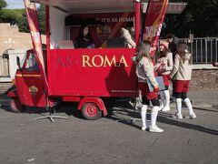 サンタンジェロ城前の広場では、かつて中田英寿も所属していたセリエAの強豪ASローマがチケット販売を行なっていてビックリ! 以前セリエAは、WEB登録するか直前に現地のタバッキで買うかなどチケット入手がそこそこ困難で難儀していたのが夢のようです。