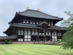 これが、大仏殿。とっても大きいけど、2度の焼失、再建を経て現代の建物は創建時の三分の二の幅らしい。 しかし、東大寺、小学生の時に修学旅行で来たはずだけど、ほとんど覚えてない…。  小雨が降っています。