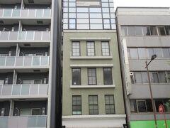JR神田駅南口から5分ほど、神田金物通り沿いに建つ4階建てのIshitsuboビル。 最上階にPの文字が描かれ、現在はDPM神田ビルという名称になっています。一見すると周辺のビルと変わらない普通のビルという感じですが、昭和4年に建てられた鉄筋コンクリート製の建物で、戦災の被害も受けなかったそうです。外観は塗り替えられ、内装は改築されているとのことですが、外観は昔のままの姿を保存するファサード保存という形をとっている建物です。趣は感じられませんが、歴史的に貴重な建物だと思います。