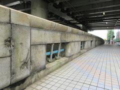 日本橋川に架かる30mほどの鎌倉橋。 江戸城建設にあたり鎌倉から運んだ石材や材木を荷揚げした河岸があったことから名付けられたそうで、現在も荷揚げ河岸の跡が残っています。欄干には1944年にアメリカ軍による銃撃の跡が生々しく残っていて、悲惨な歴史の痕跡を見ることができます。これからも保存し続け、戦争の悲惨さを訴え続けてほしいと思いました。