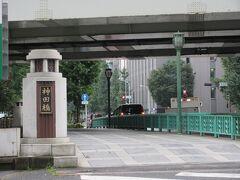 日比谷通り沿い、日本橋川に架かる長さ17m、幅34mほどの神田橋。 現在の橋は大正時代に造られたものですが、江戸時代の絵図にも描かれている歴史ある橋です。今も交通量が激しい幹線道路上にある橋で、江戸時代も将軍の菩提寺である寛永寺に向かう重要な道路に架かる橋でした。
