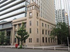 神保町駅A9出口から5分ほど、テラススクエアに接っている、1930年竣工の博報堂旧本館。 一帯の建物の共同建て替えが行われ、旧本館の正面外観を残す形で共同ビルが建てられました。角に塔が建っている上品な薄茶色の建物で、入口両側に長い大きな灯りが立っています。入口の上部や二階と三階の窓の間に曲線のきれいな飾りが施されていて、芸術的な建物として残っています。