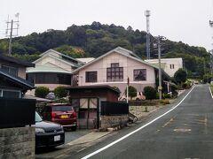 町並みの奥の小高い山が井伊谷城跡(城山公園)。