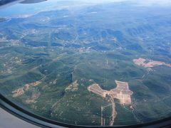 パリ オルリー空港からトゥーロン空港へ。 オルリー空港はバカンス時期で人が沢山! 窓からの景色。写真を消してしまったが、 南仏は岩肌の山が多くて、見事だった。
