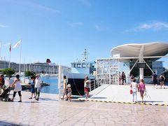 トゥーロンの港 にぎやか。 クィーンエリザベス号あり。 観光案内所も近く、雰囲気がある。 子供が乗るようなお猿の電車のような乗り物に乗り、観光。海水浴場あたりなども、ぐるっと周った。 バカンス時期ですね。