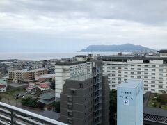 窓からは函館山と海。手前の白い建物は昨日宿泊した海峡の風と啄木亭。