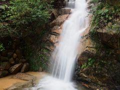 高座の滝。  長雨で水量が多い。 湿気も凄いな。