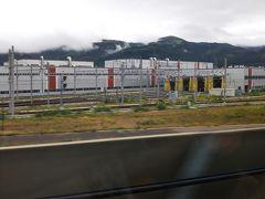 新函館北斗駅を出ると、左に新幹線の整備点検、清掃などを行う施設が見えてきます。