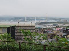 絵柄岬展望台から、室蘭の港町の景色を見ます。  ここに来るまでに渡ってきた白鳥大橋。
