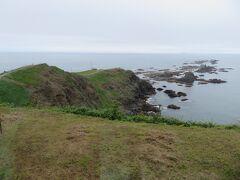 風の館から襟裳岬。  なお、双眼鏡でアザラシが岩に生息しているのを見ることができます。 襟裳岬の先端まで行ってもなかなか見れないし、探せないです。 ここで見ておきましょう。