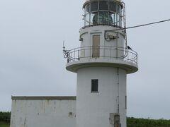 襟裳岬の遊歩道に出て、襟裳岬灯台。  灯台は目線から見て下です。