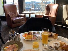 8月11日(日)  ウルルに比べて思いの外 寒くない爽やかな朝! 21階のシェラトンクラブラウンジで朝食を頂きます。  ハイドパークと海まで見渡せる素敵な空間でした。