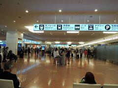 到着遅れで日付が変わり、最終のバスに間に合うかもというはかない希望も打ち砕かれた 羽田空港の到着ロビーで始発バスを待つ羽目に