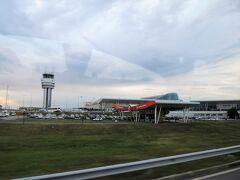 ソフィア国際空港のすぐ近くのモールだったらしく、ものの10分で空港だ