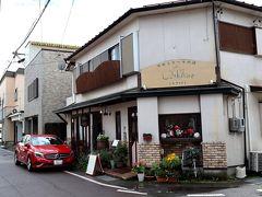 チェックイン前に1件お立ち寄り♪ 今夜のスイーツを買わなきゃ! 今夜のデザートは、軽井沢駅すぐ側の普通のお家っぽいケーキ&カフェにてご購入。