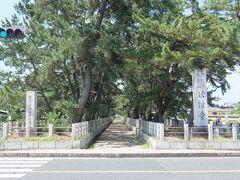 法隆寺参道は1261年に後嵯峨上皇の行幸時に造られたとされています。  右は「聖徳宗総本山 法隆寺」の石碑