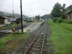 11:53 桑名川駅。 大正12年:飯山鉄道の駅として開業した駅です。 飯山線保線の拠点であり、駅舎は作業員の休憩所を兼ねており、西大滝ダム建設時に建設現場まで引き込み線が設置されていたため、駅構内は広くなっています。  ここも乗降客ゼロ。