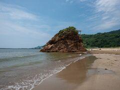 続いて近くの稲佐の浜へ。海で遊ぶ子供たちの声が賑やかでした