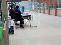 関空入場は一通にしてあり、サーモグラフィで体温チェックをしています。