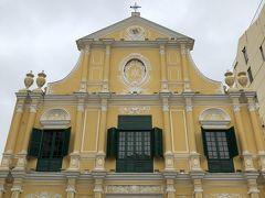 聖ドミニコ教会。黄色い壁がおしゃれ。