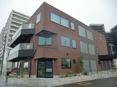 桟橋前に新しくターミナルができていて、カフェで時間調整、お土産を購入することができる。