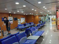 """スタートは新横浜  普段なら空席のない待合室もこんな感じ。 いや、これが最近の""""普段""""なんですかね。"""