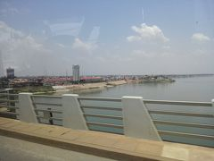 この橋は日本の援助でかけられたもので、名前は「きずな橋」。 橋の上からコンポンチャム市街が見渡せます。
