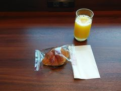 2020年7月30日 久しぶりに自宅からタクシーで大阪国際空港へ。 2階のファーストクラスカウンターでチェックインをして専用保安検査場を抜けてダイヤモンド・プレミアラウンジへ! チェックインカウンター、保安検査検査場は、自分以外おらず、ラウンジも最初は自分だけで後から数名ずつやってきて少なかったです。 ラウンジで軽く朝食を頂く。 しかし、コロナウイルス対策のため、パンとおにぎりは、変更されていました。 現在は、どれも袋に入っております。