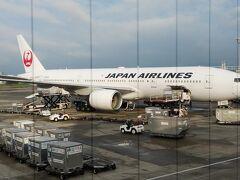本日の東京・羽田行きの搭乗機。 B777-200(JA010D)。 旧:日本エアシステム機です。  搭乗の際は、マスク着用をしましょうとのことです。