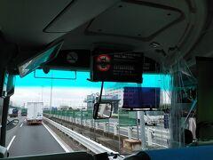 東京ディズニーリゾートへ向かうリムジンバス車内は、いつもなら満席だが、今日は10名前後と少なめ。 運転席の間に透明のビニールの仕切りが付いてます。 最前列の座席は、座れません。