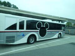 東京ディズニーリゾートに到着後は、前に走っているディズニーアンバサダーホテルのディズニーリゾートクルーザーが、新車に変わってました。 ナンバープレートは、ディズニーアンバサダーホテル開業日の707です。