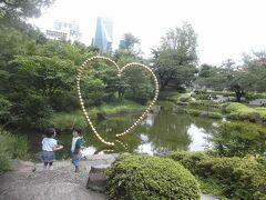 毛利庭園の池とハート形モニュメント