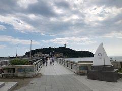 江の島の入口、江の島大橋。 2020東京オリンピックのヨットのモニュメント。