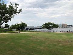 江の島の入口にある北緑地広場。今渡ってきた江の島大橋や、対岸の片瀬海岸東浜がよく見えます。