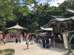 参道からの長い階段を上ったところにある辺津宮。 奥にある八角形のお堂は、江の島の弁天様。
