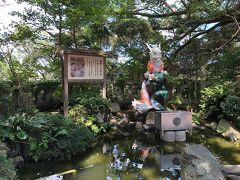 辺津宮前にある銭洗白龍王の池。龍がカラフル。