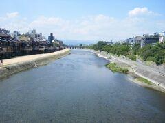鴨川。 暑くて暑くて、夜まで待とうと川岸へ。
