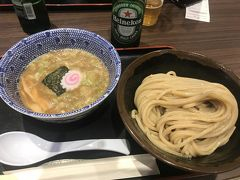 今回は初めての夜出発。 仕事を午後休にして、スキップで帰宅。 シャワー浴びて友達が仕事終わるのを待ち。 友達もうちでシャワー浴びて、いざ!羽田空港! 夜でも結構混んでるのね。笑 スーツケース預けて、腹ごしらえ! いつも東京駅で行列がすごい「六厘舎」へ 並ばずに食べれる喜び!笑 ビールも飲んで幸せな気持ちで出発。