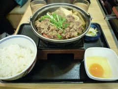 ポートライナーとJRを乗り継いで高槻市に戻ってきました。 京都へ帰る妹とは電車の中でバイバイしました。 老母は昼がホットドックで軽かったので、早めの晩御飯にしました。 お手軽にJR高槻駅の駅前にある吉野家で牛鍋御膳を食べました。 熱々でおいしかったです。  今回は久しぶりの親子旅行でした。 この頃はまだコロナがこんなに流行するなんて夢にも思わず、 5月の連休明けにはインフルエンザのように消滅していると思っていました。  また老母と旅行や遊びに出かけて楽しい思い出を作ってやりたいと思います。 早くコロナが収束しますように!