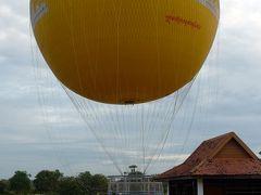 15<アンコールバルーン> アンコールワットの2㎞ほど西の「アンコールバルーン」に到着。 これは、ヘリウムガスを使った「ガス気球」と呼ばれるタイプで、地上とケーブルでつながれ垂直に上昇する。