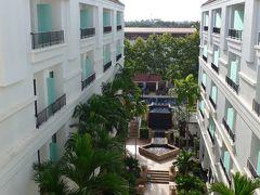 24<ホテルで朝食> 充実した早朝の観光を終え、ホテルへ。 このあと朝食をとり、10時ころから近場の観光に行く予定。  カンボジア遺跡探検~3日目early morning~「空からアンコール!」は、以上です。最後までごらんいただき、ありがとうございました。  次回は、「カンボジア遺跡探検~3日目Am」をアップする予定です。